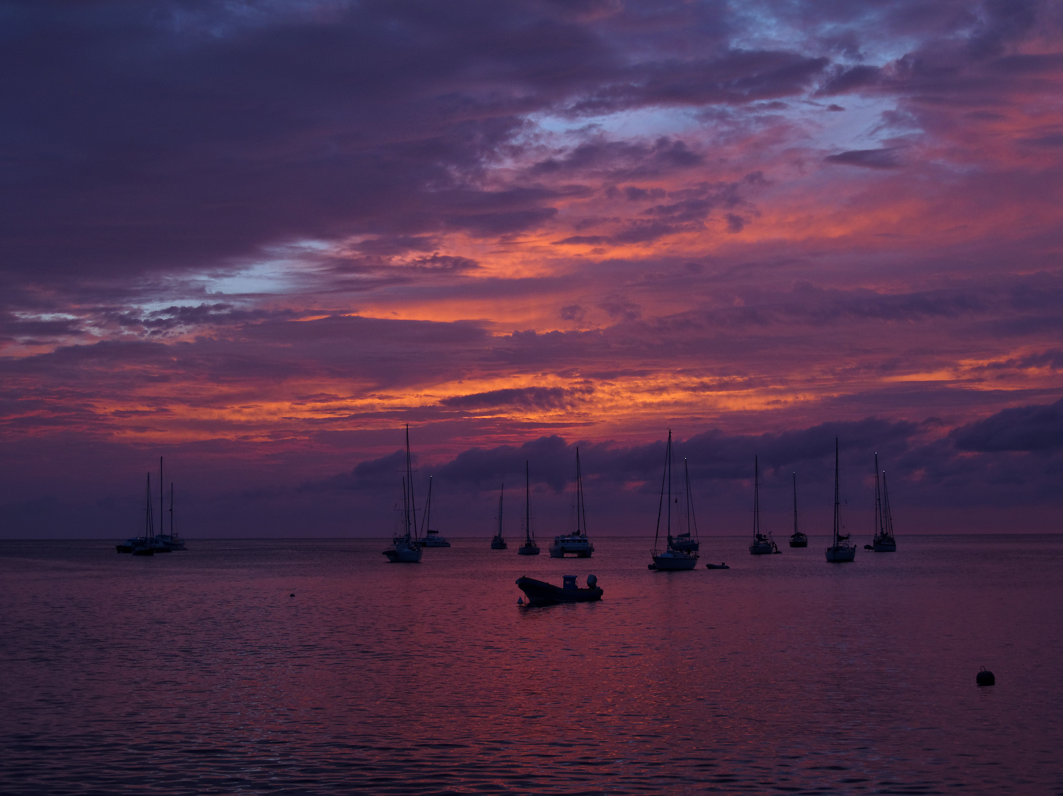 Discover the beautiful bays when sailing Guadeloupe