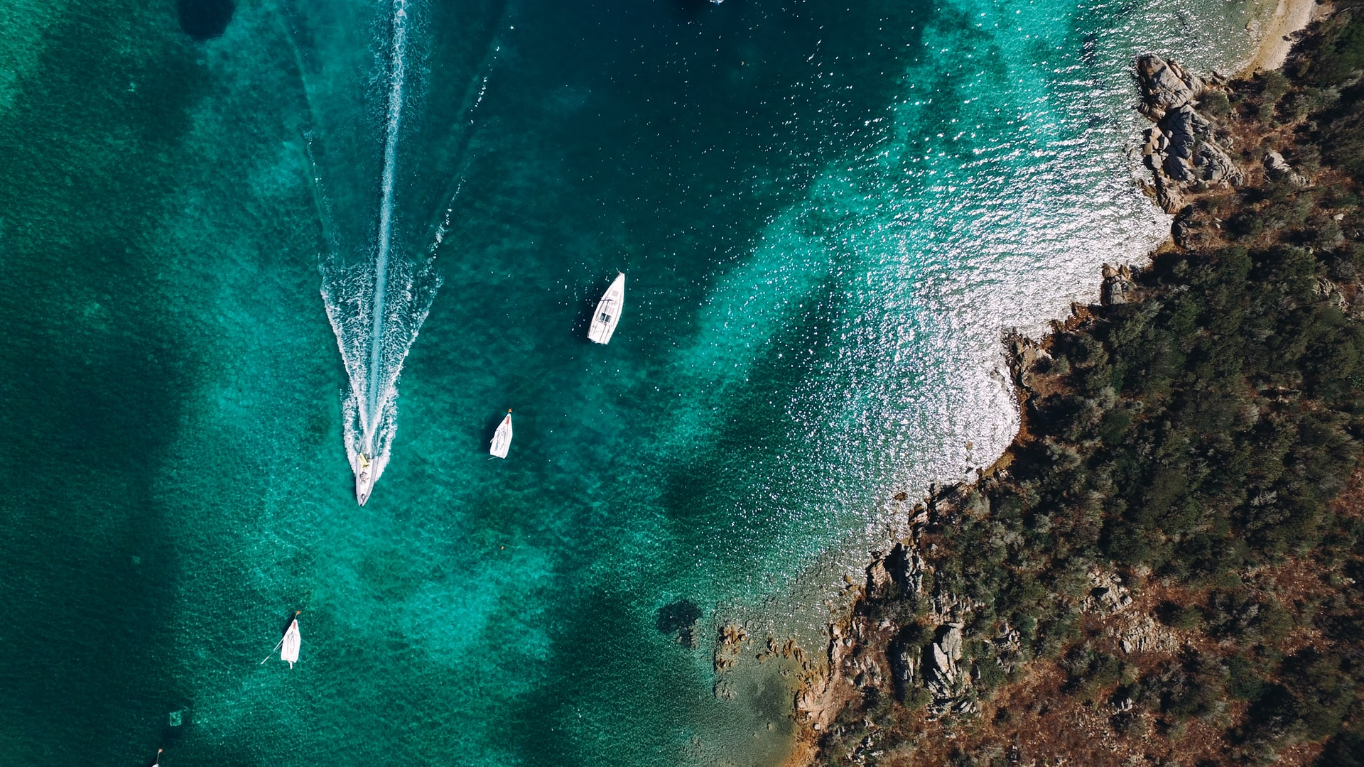 cove with boats, boats sailing through coves, Sardinia coves, Sardinia hidden coves, best beaches in sardinia, beaches in sardinia