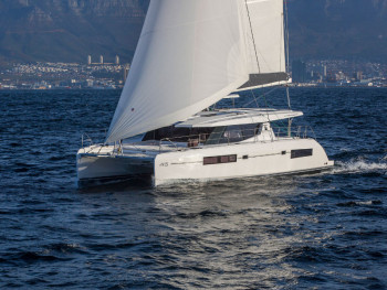 Discover the coast of Var in your 45 catamaran